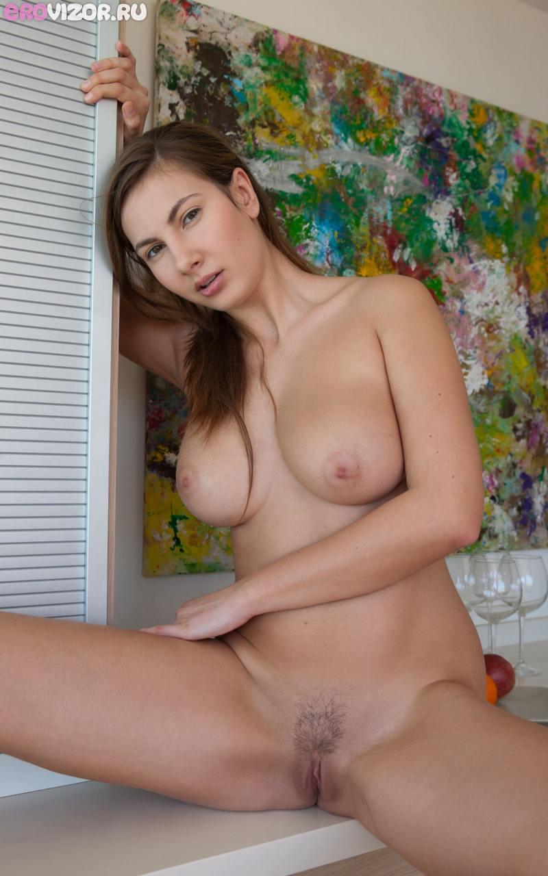 девушка с большими сиськами готовит голая