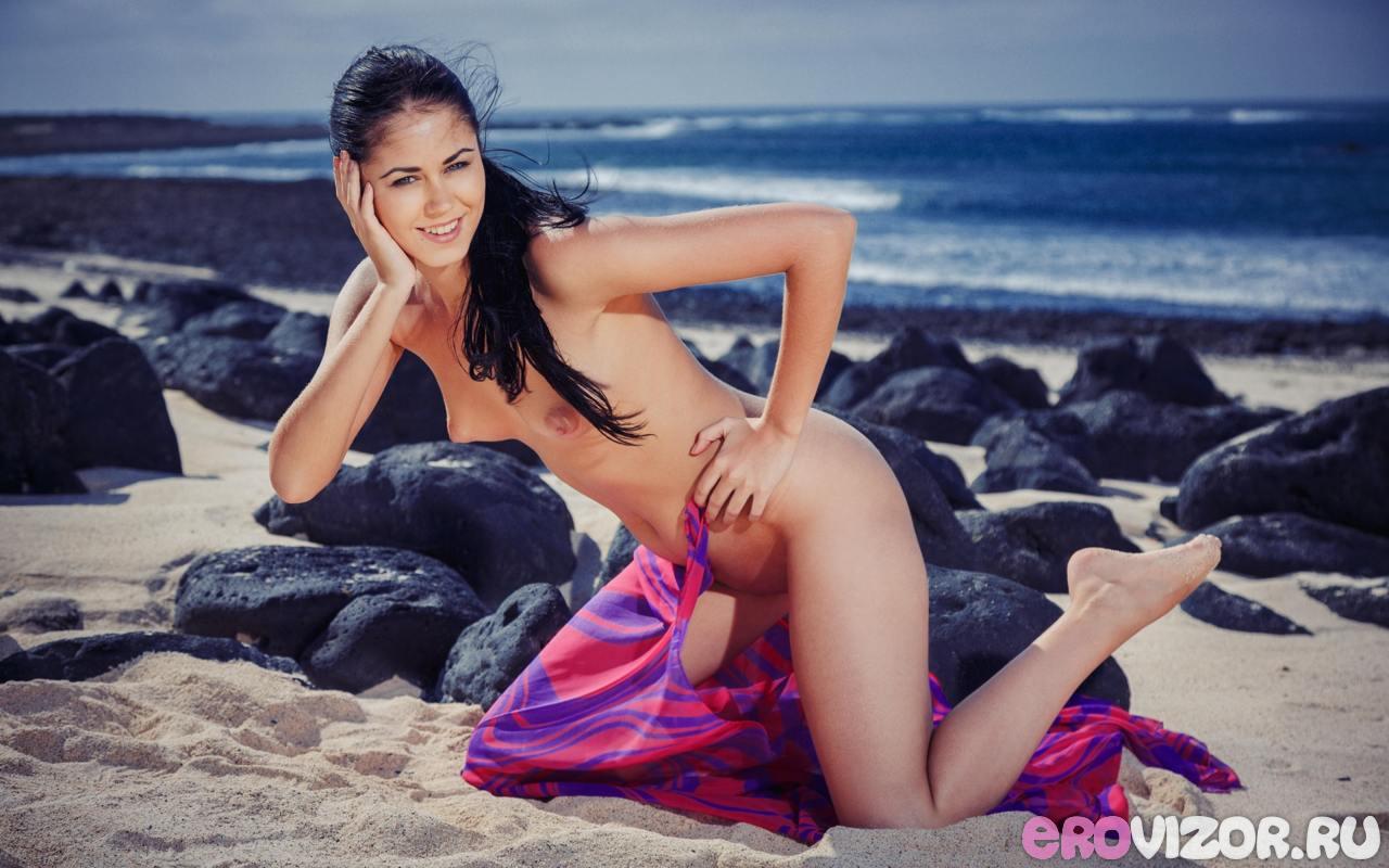 голая брюнетка на пляже