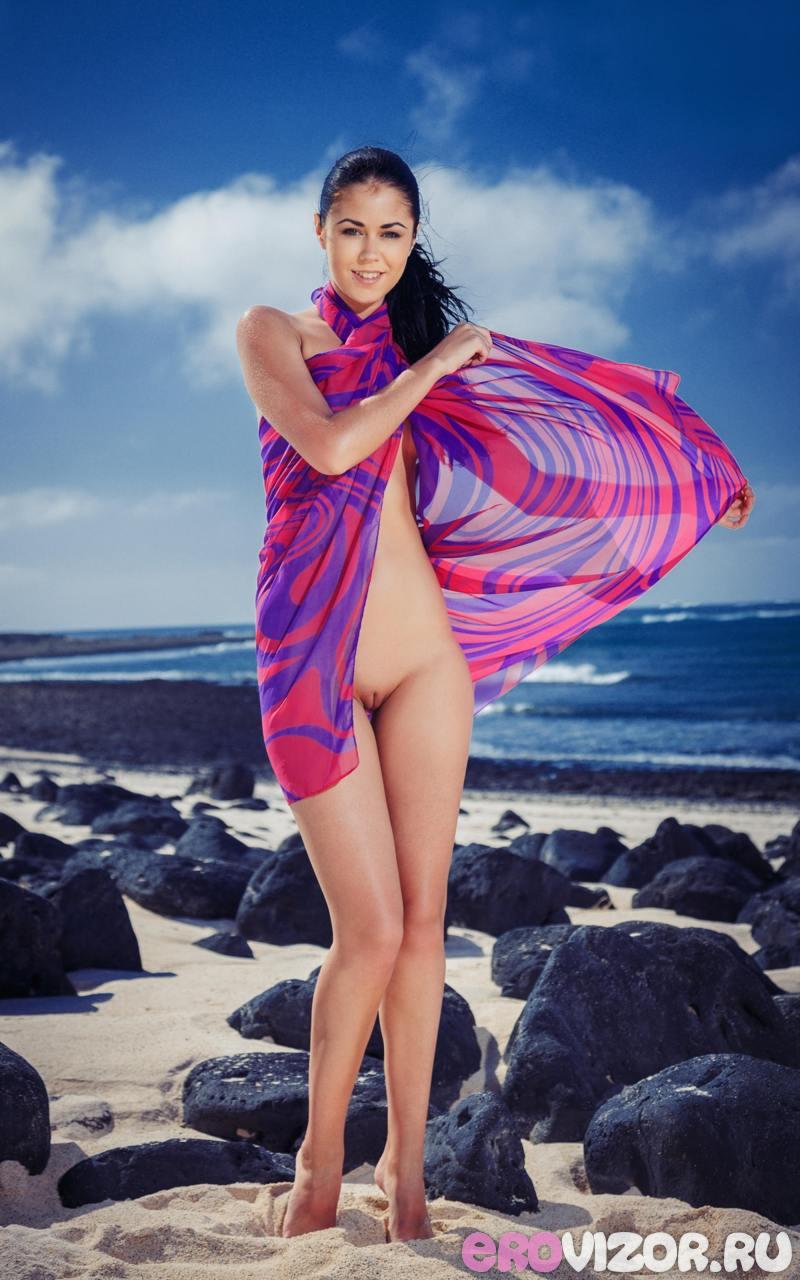 golaja brunetka na plaje