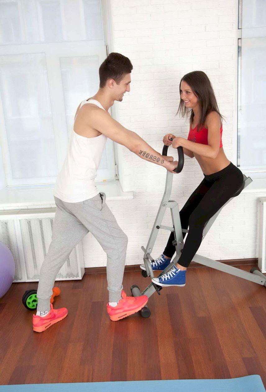 красивая девушка с тренером в спортзале