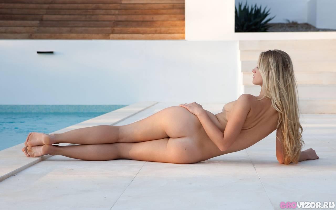 голая девушка у бассейна