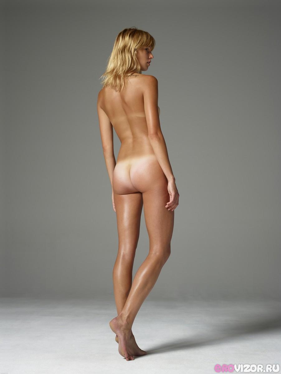 голая девушка в студии