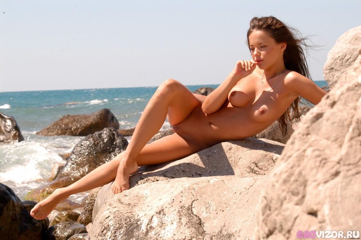 голенькая девушка на море