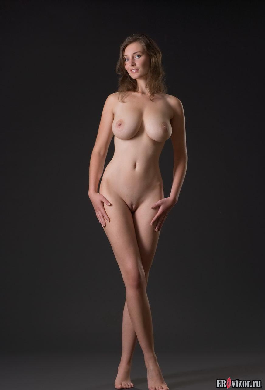 Стоящие голые женщины