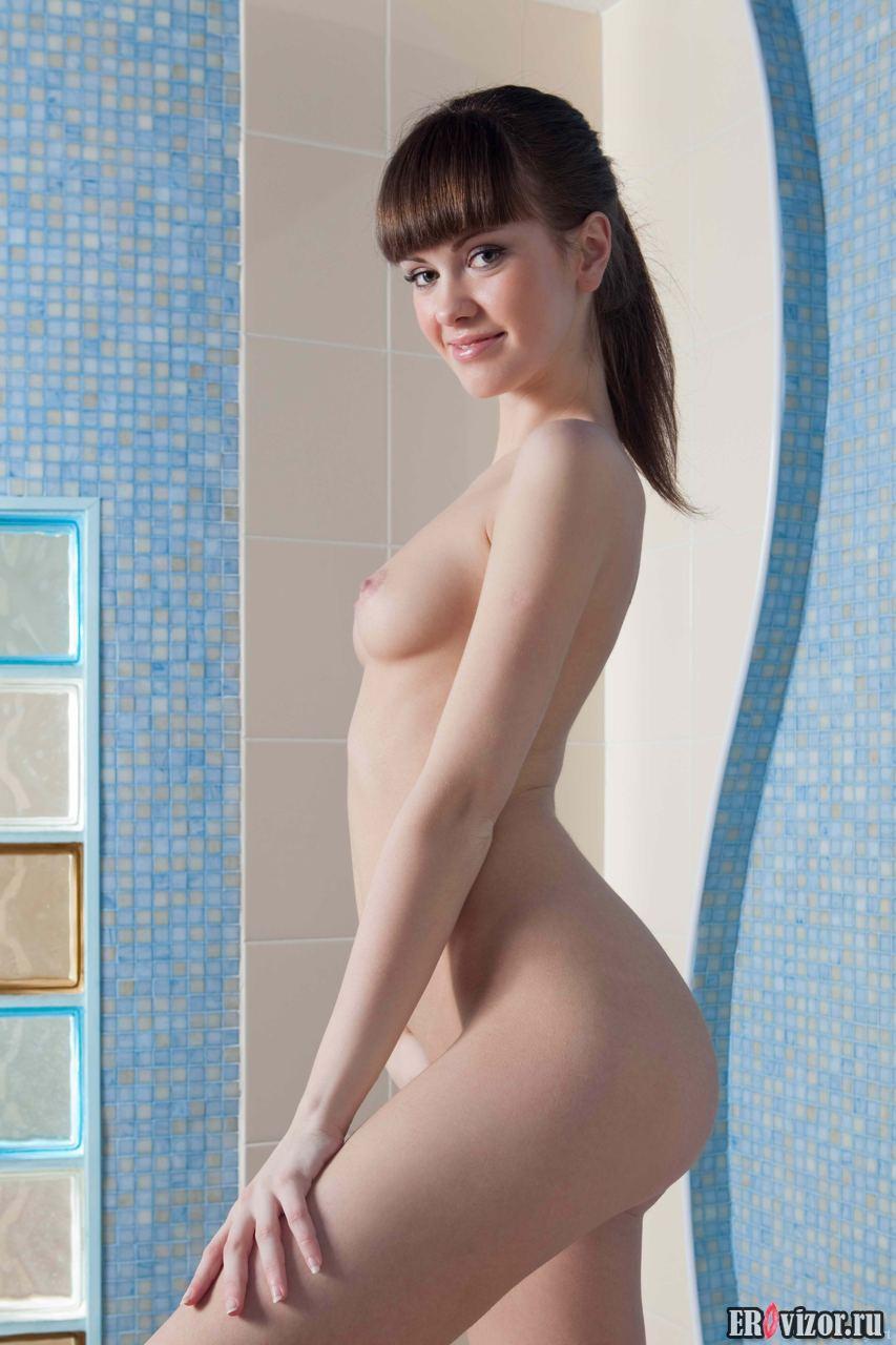 встала раком голая девушка