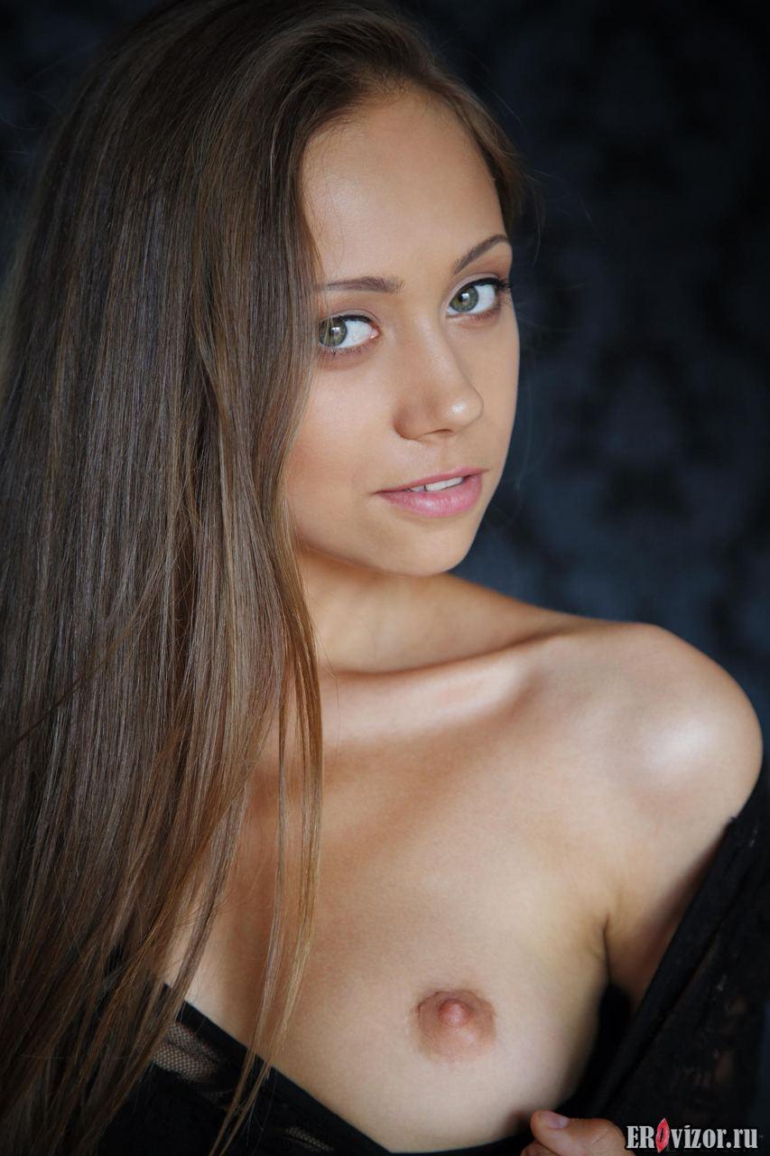 красивая девушка пробует себя в эротике