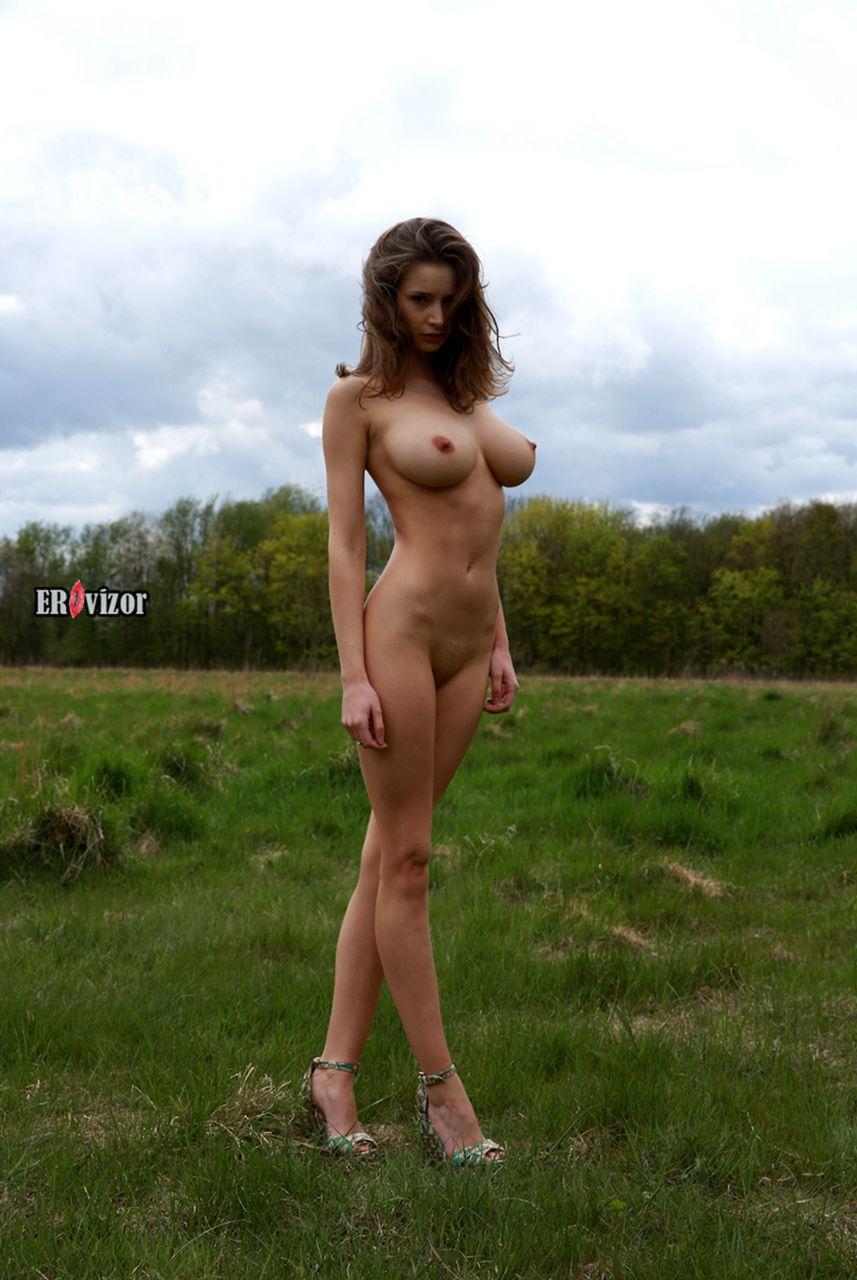 Стройная девушка с большой грудью