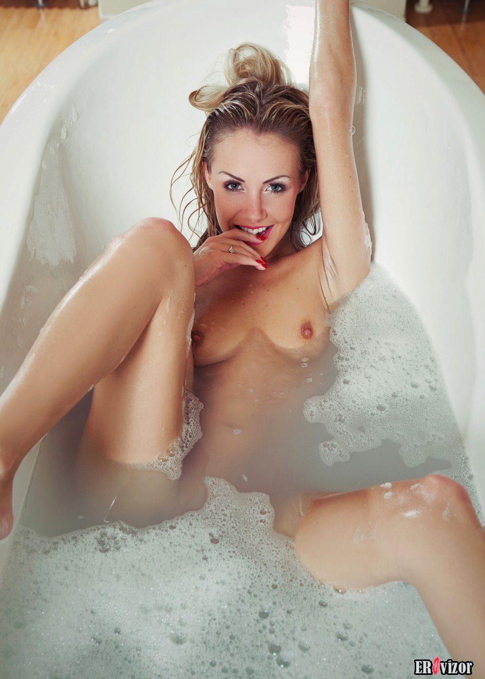 Голые девушки в ванной