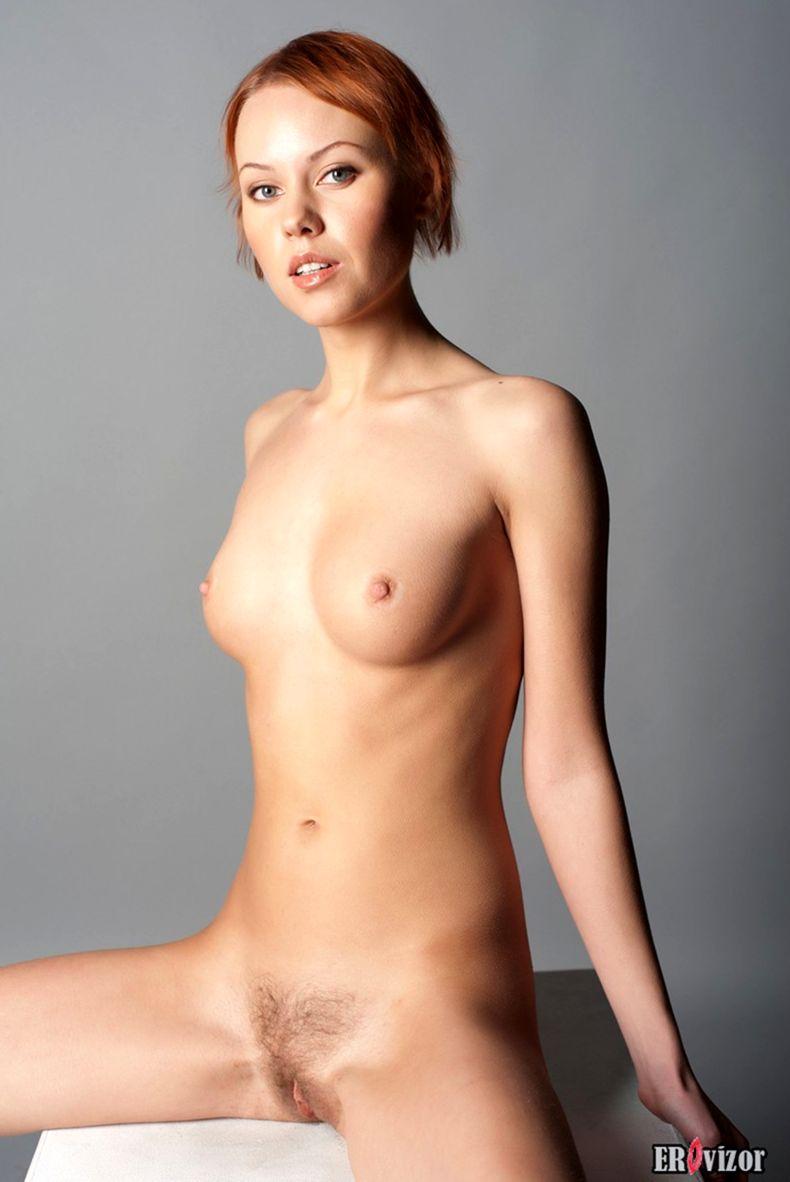 голая худенькая девушки на фото 3