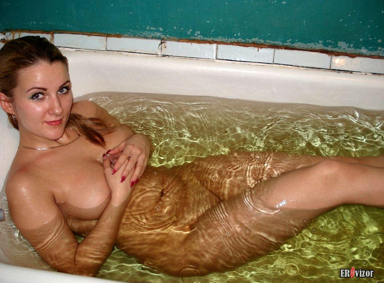 голенькая ваннойс водой