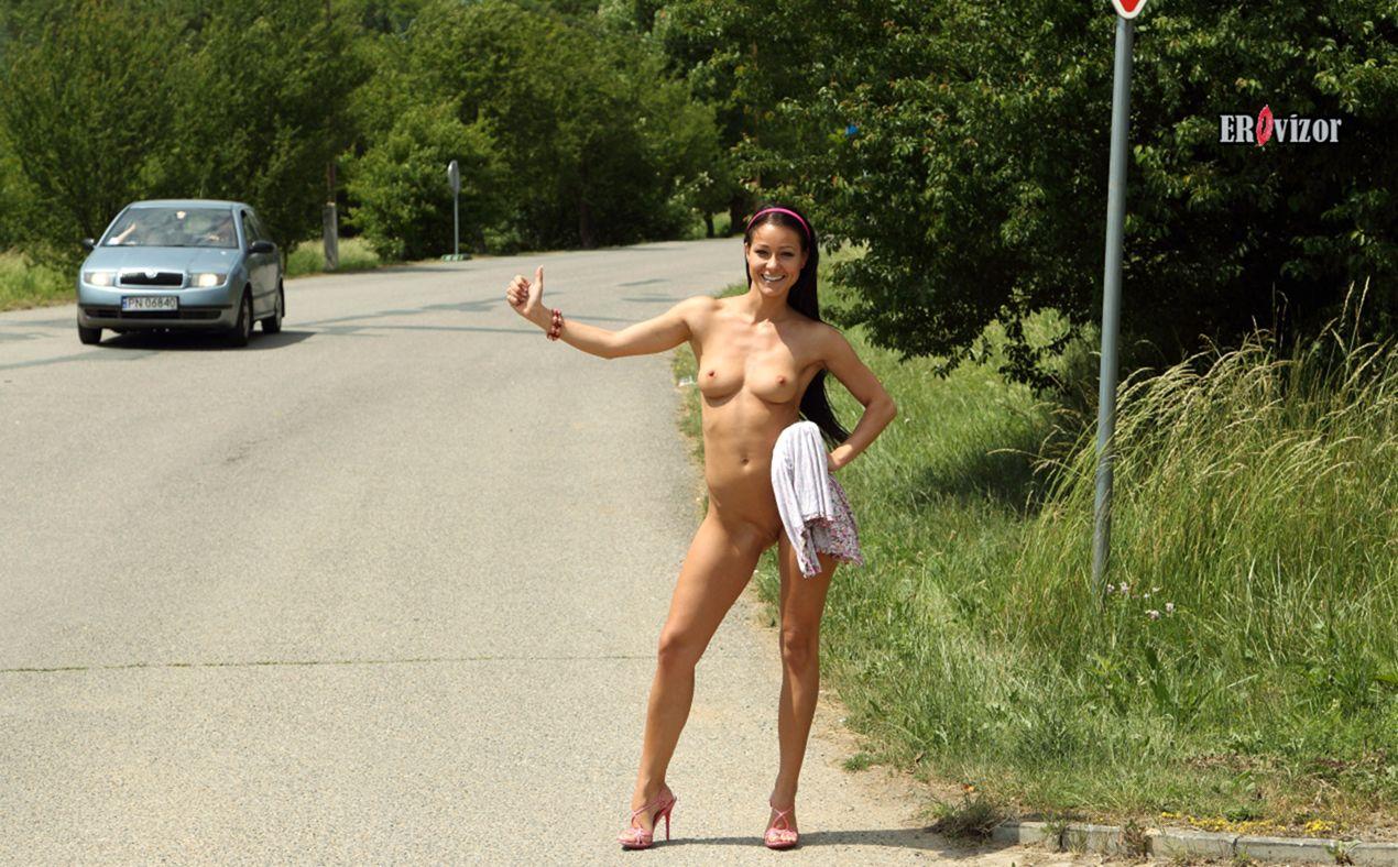 голая девушка голосует на дороге