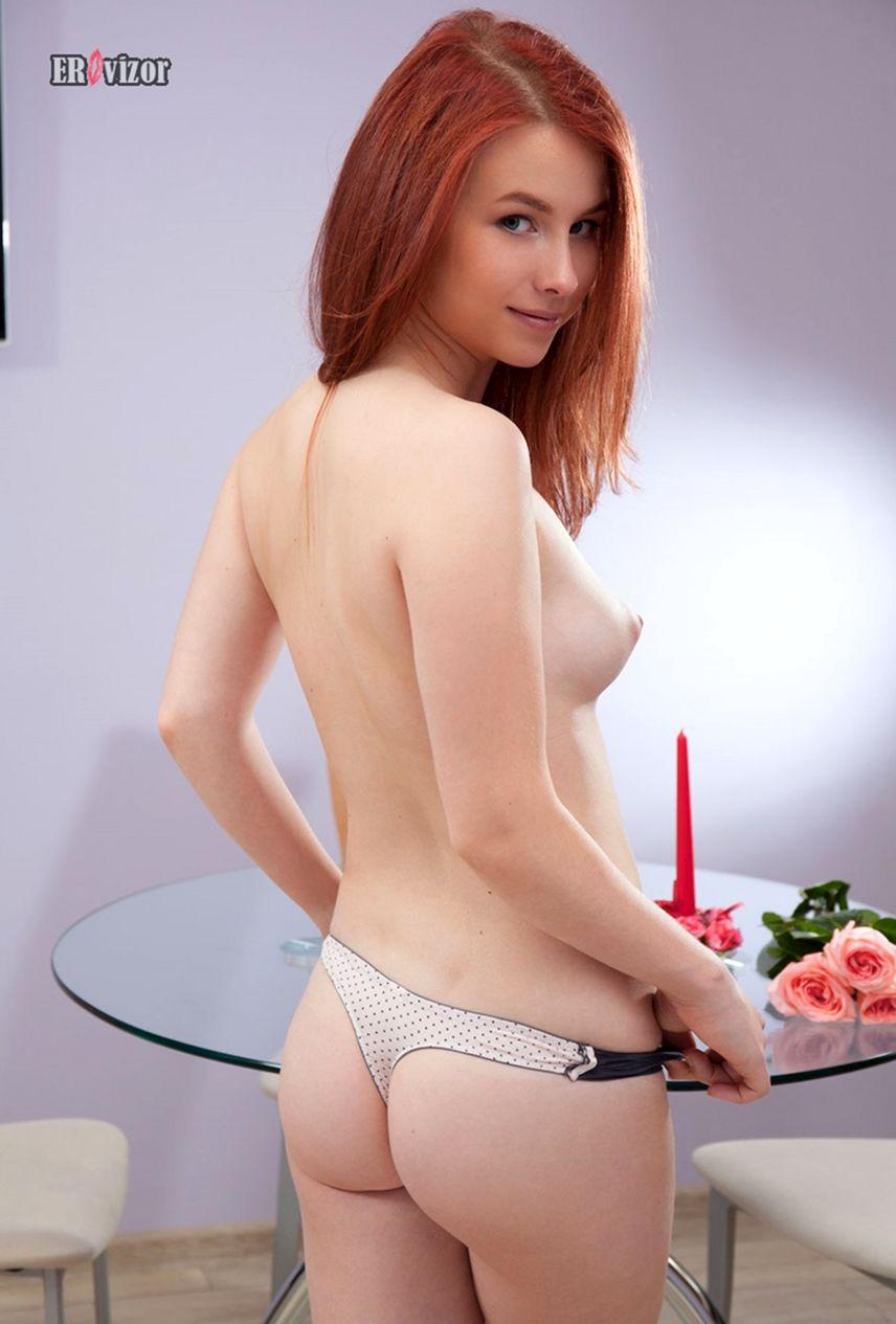 красивая рыжая девушка раздевается