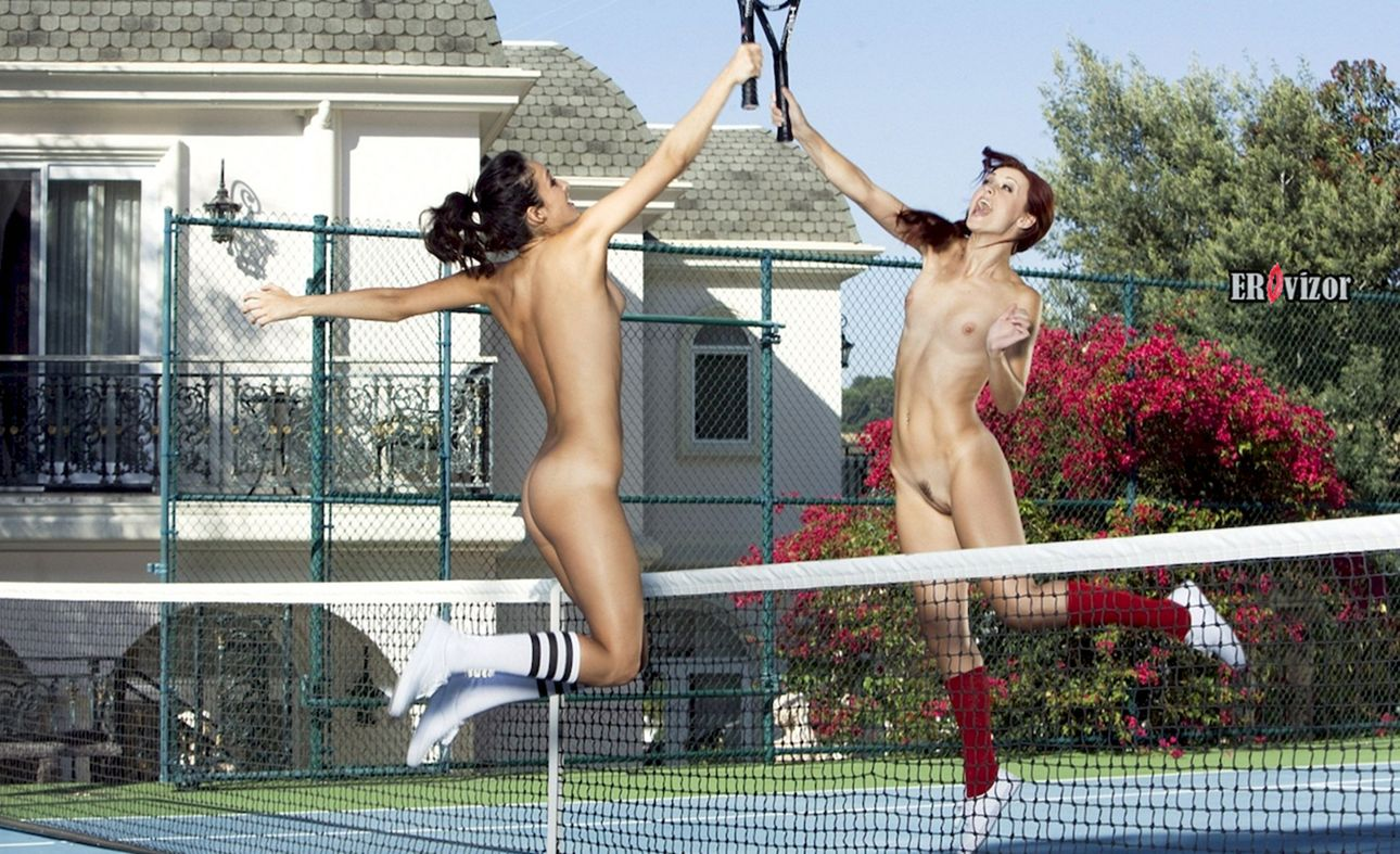 две голые девушки в прыжке