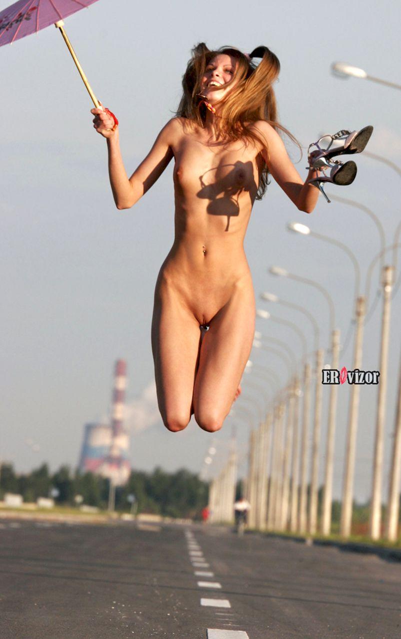 голая красавица прыгает с зонтиком и туфлями
