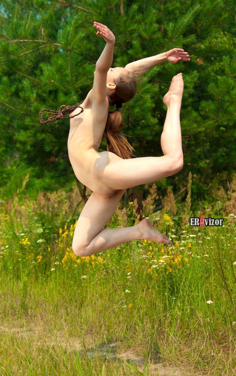 прыжок голой балерины на природе