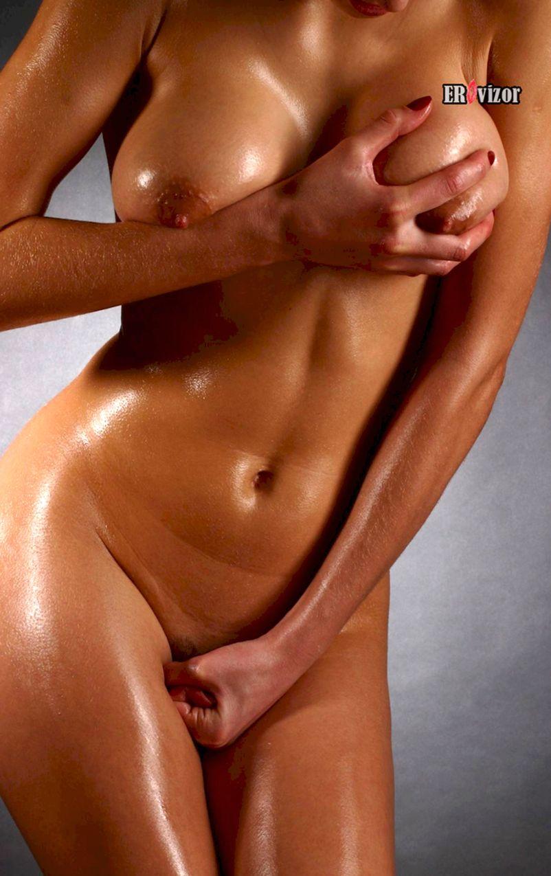 блондинка трогает свои голые сиськи
