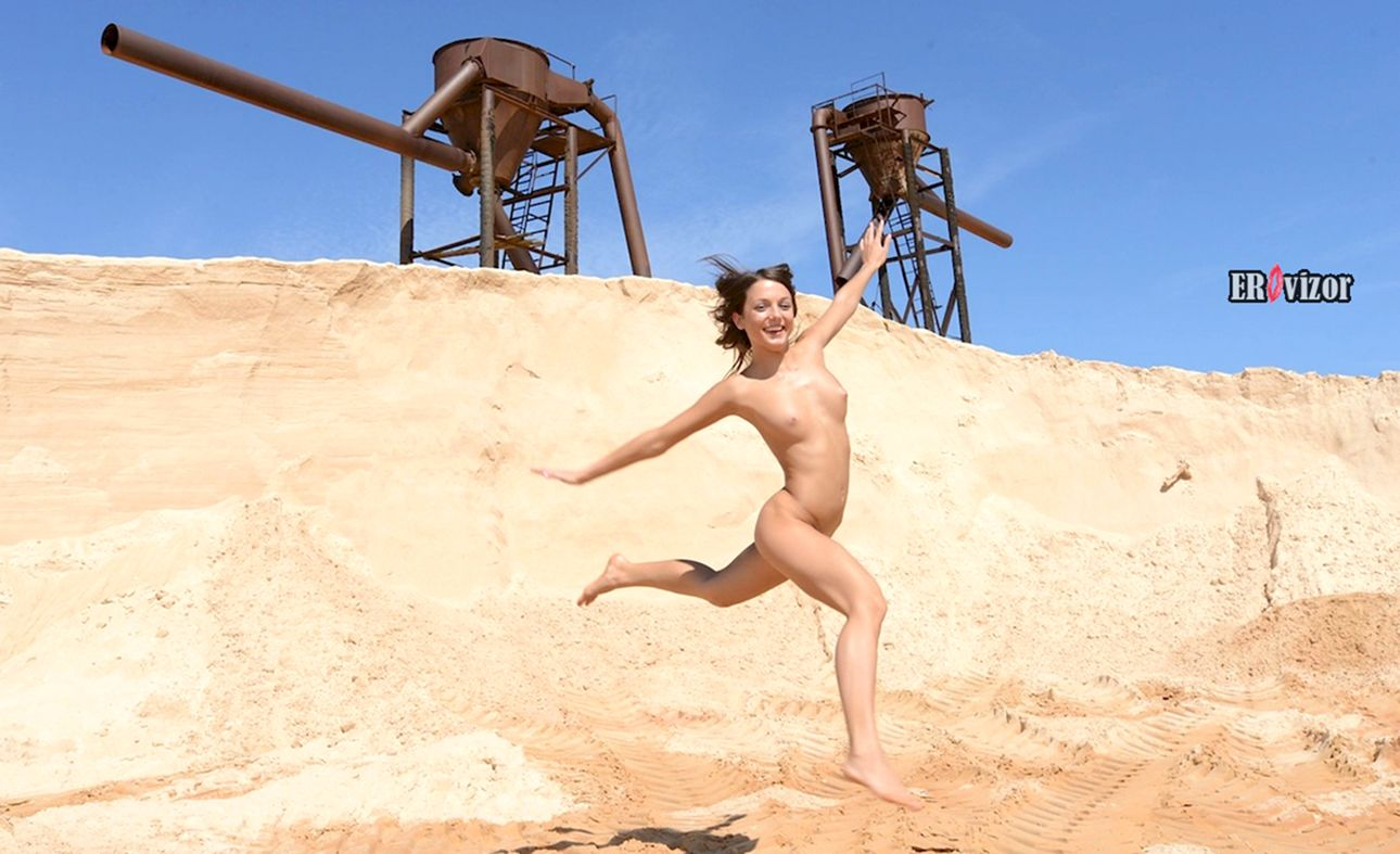 Фоки Ди голая в прыжке