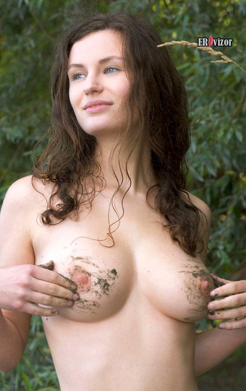 телочка трогает свои грязные голые сиськи