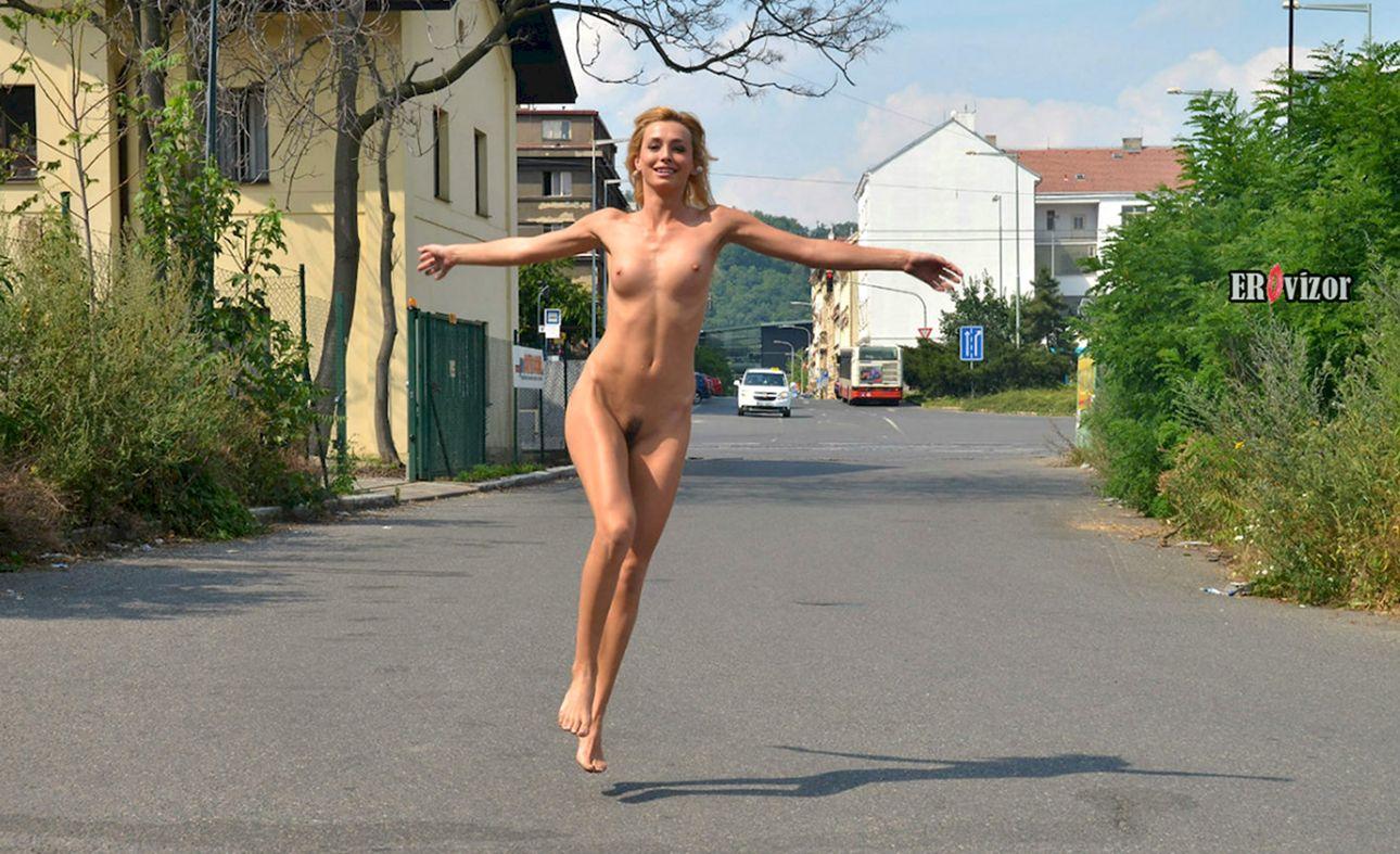 голая бежит по улице