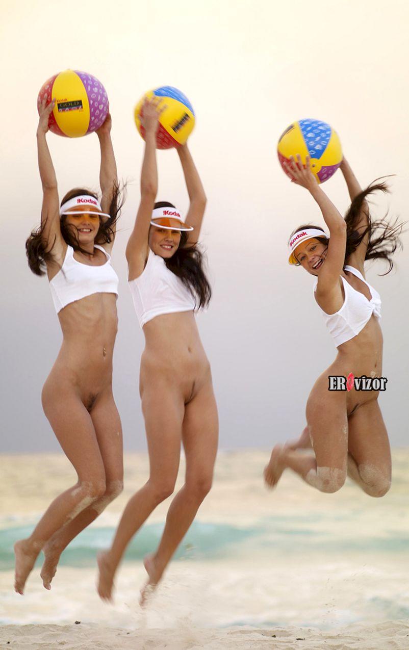 голые волейболистки на пляже синхронно прыгнули
