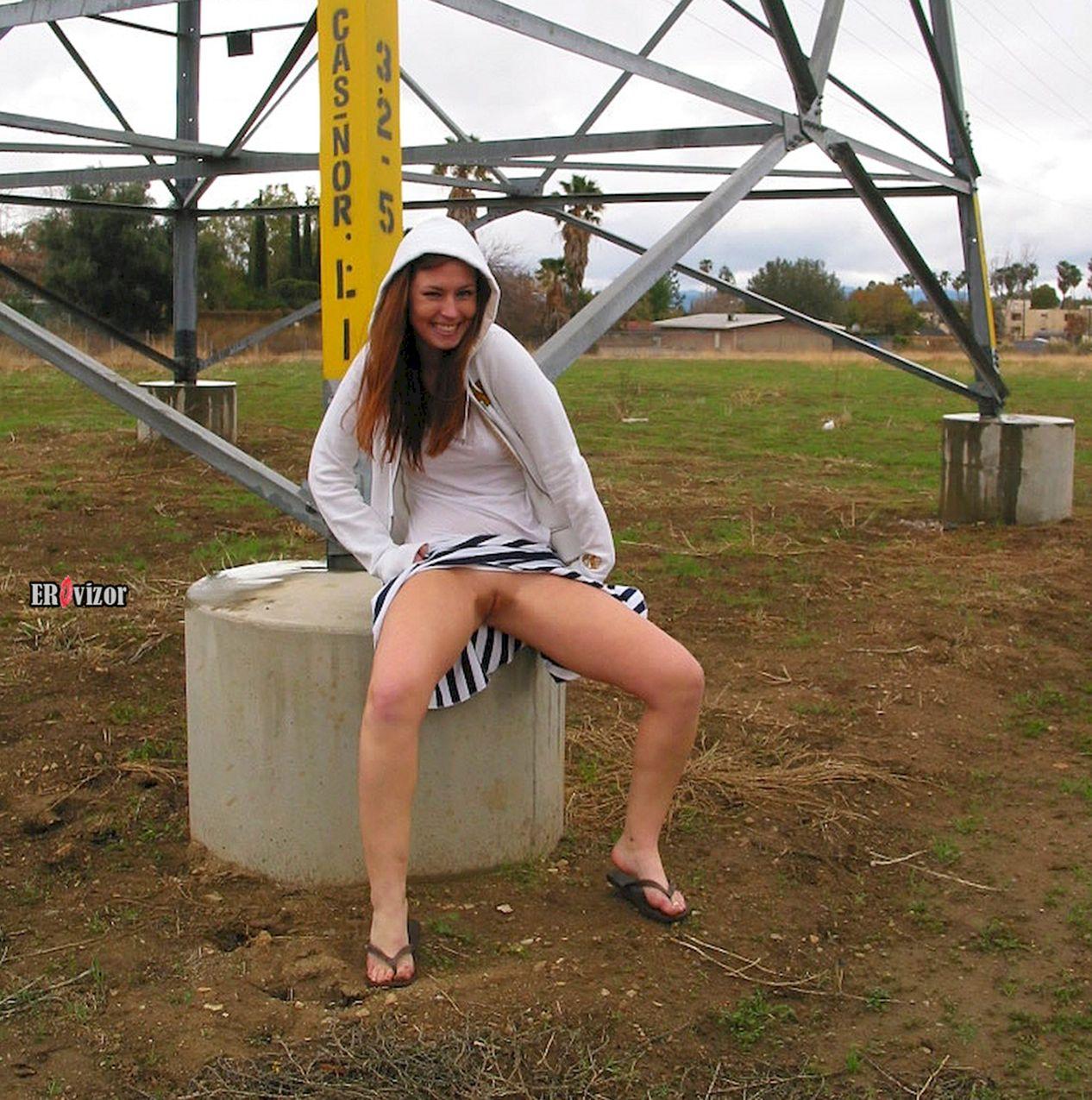 девчонка сидит на улице без трусиков под юбкой