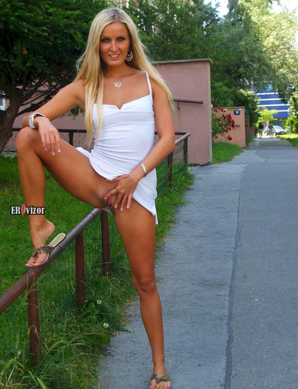 сексуальная блондинка на улице без трусиков в белом платье