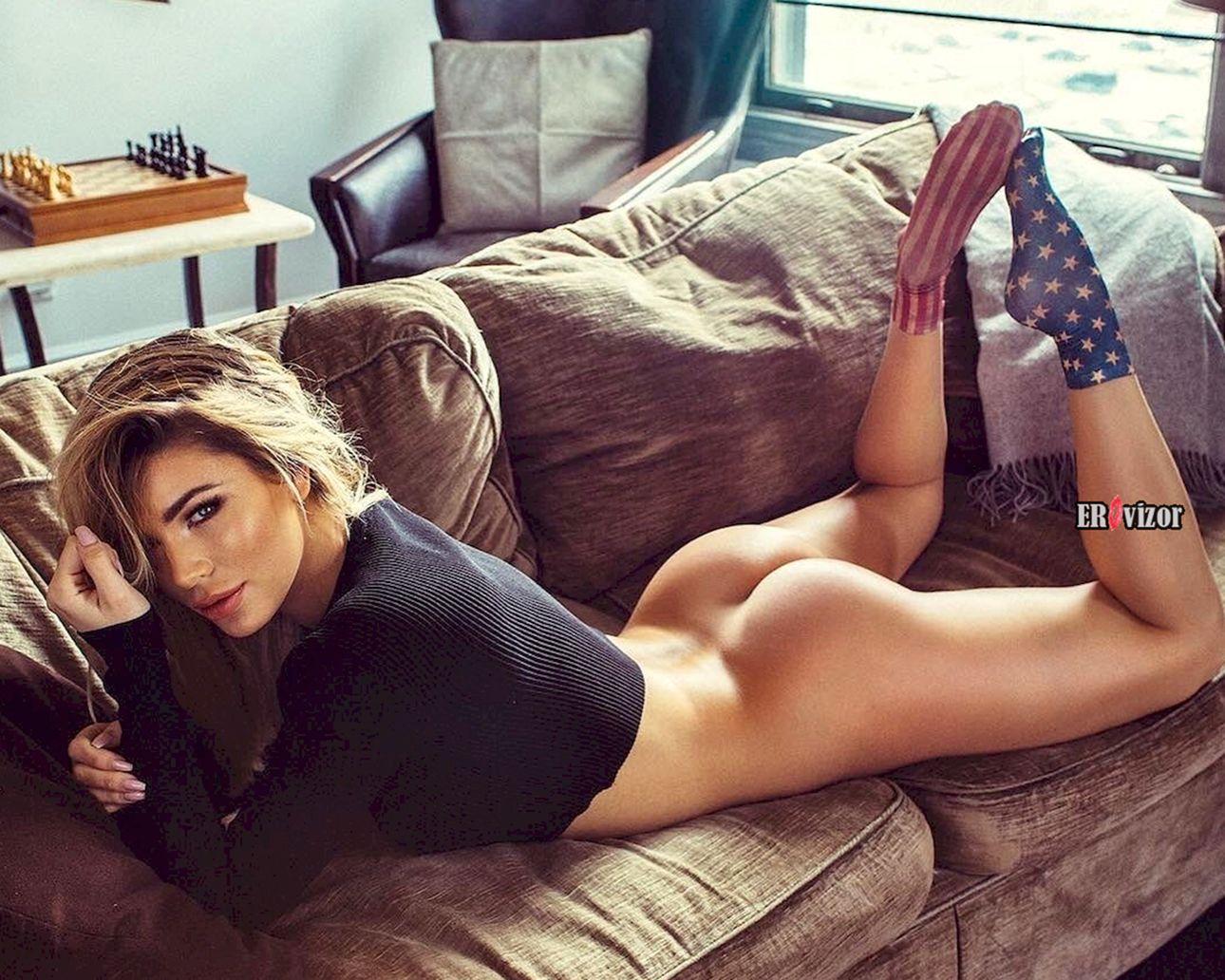 красивая попка девушки на диване