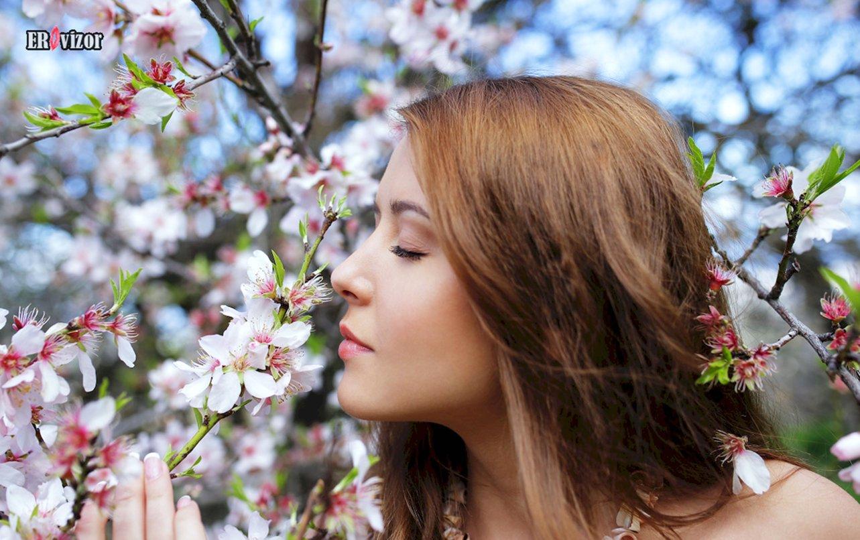 красивая девушка нюхает цветы