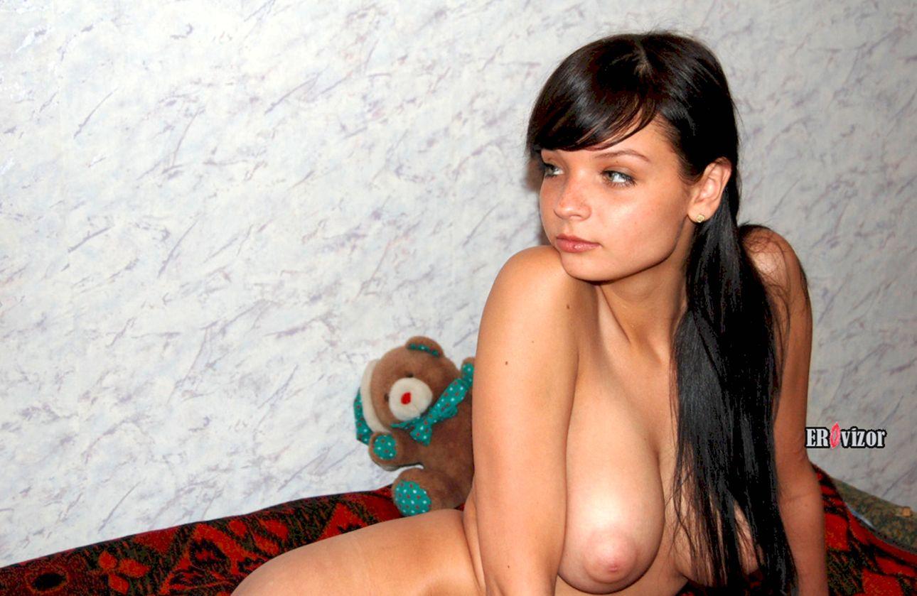 красивая голая девушка с большой грудью
