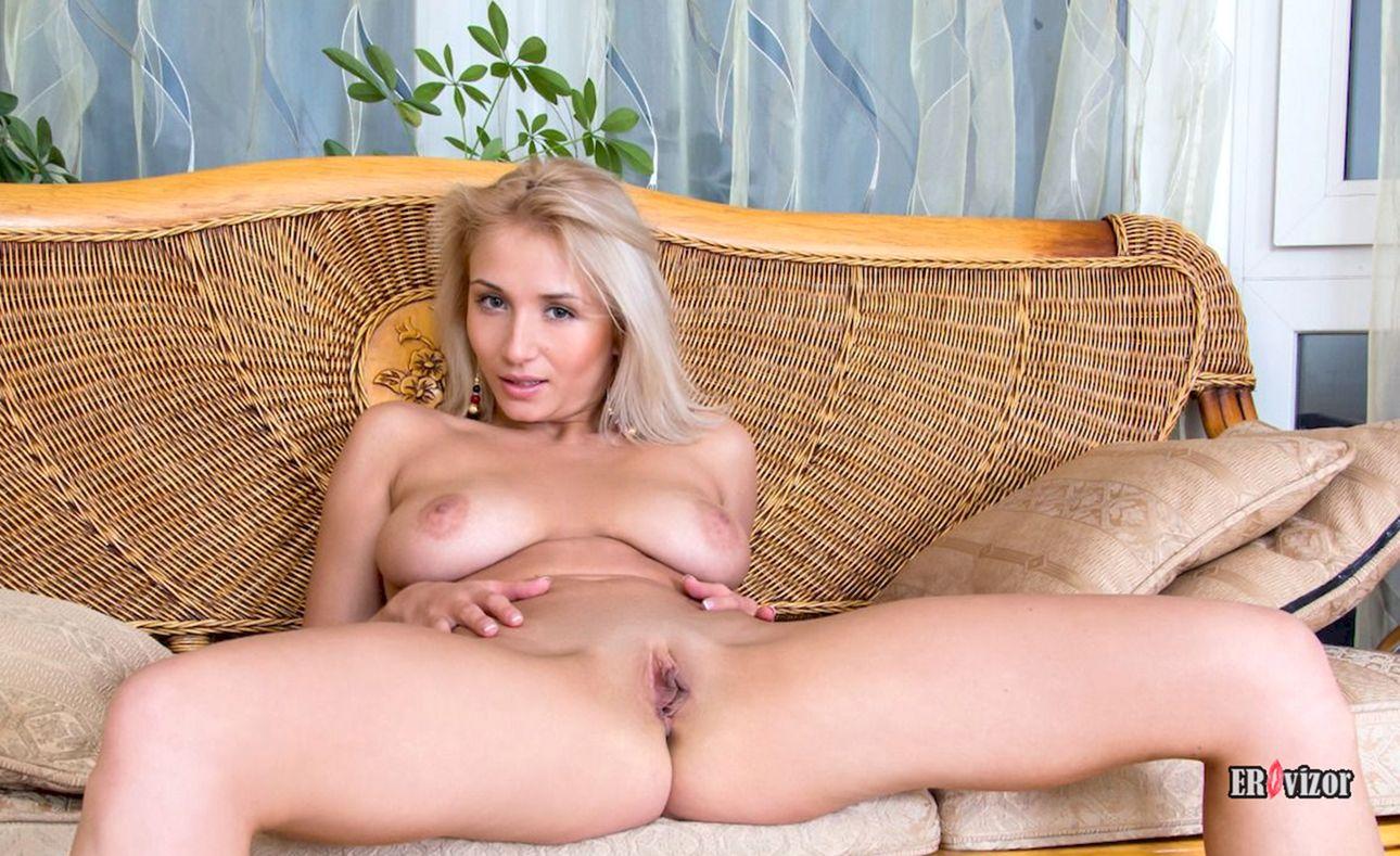 голая блондинка раздвигает ножки