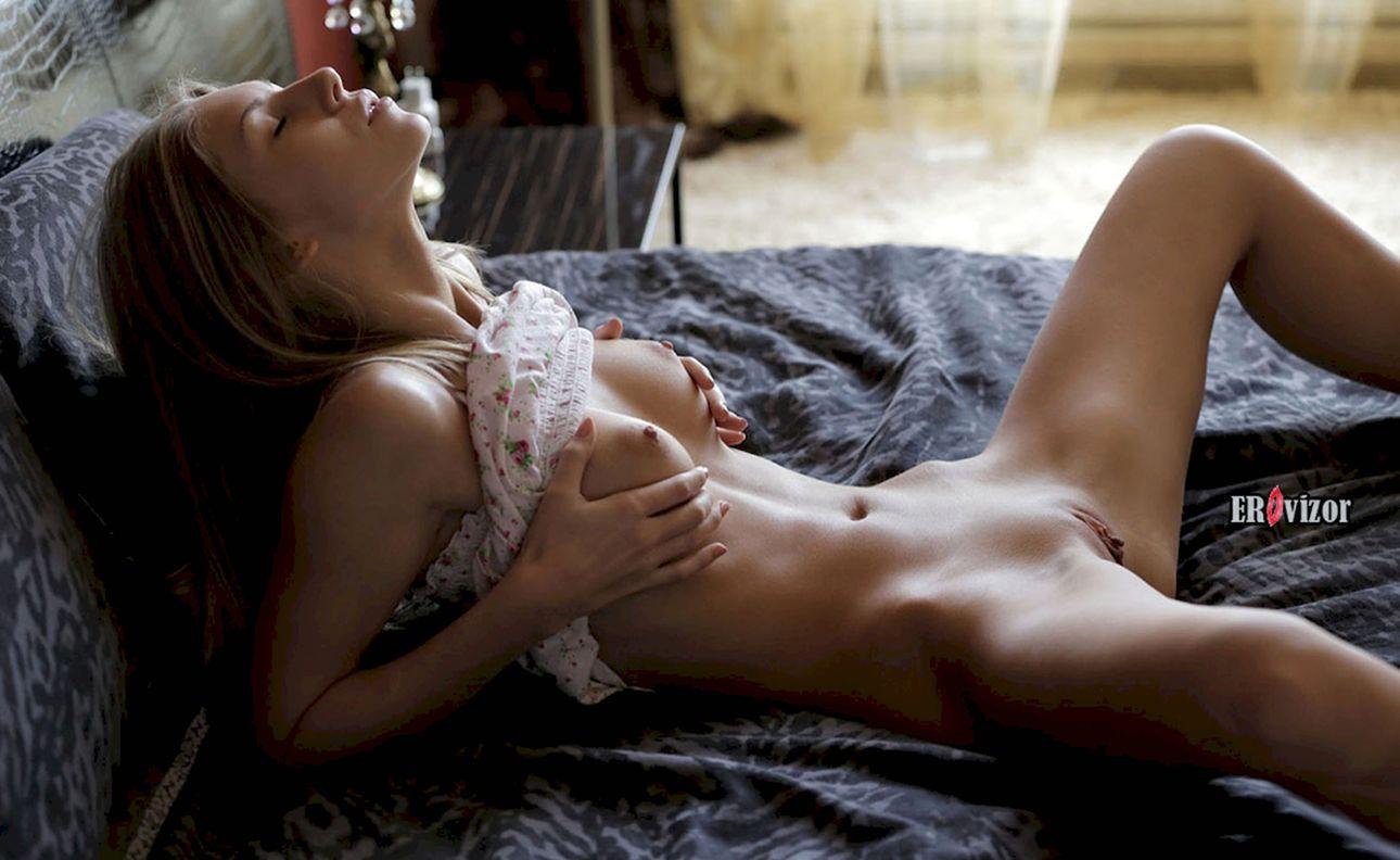 возбужденная девка в постели