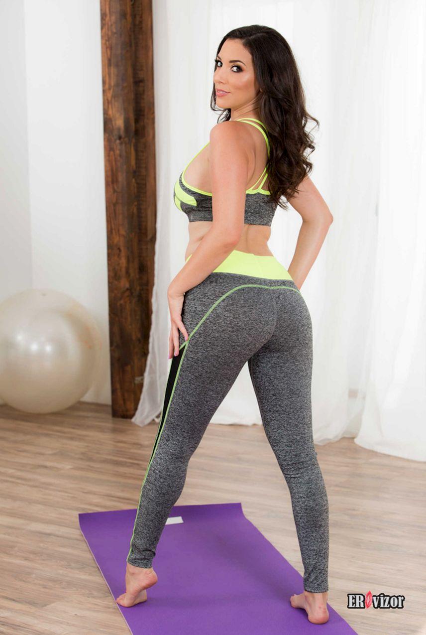 Сочная бабенка голой занимается фитнесом