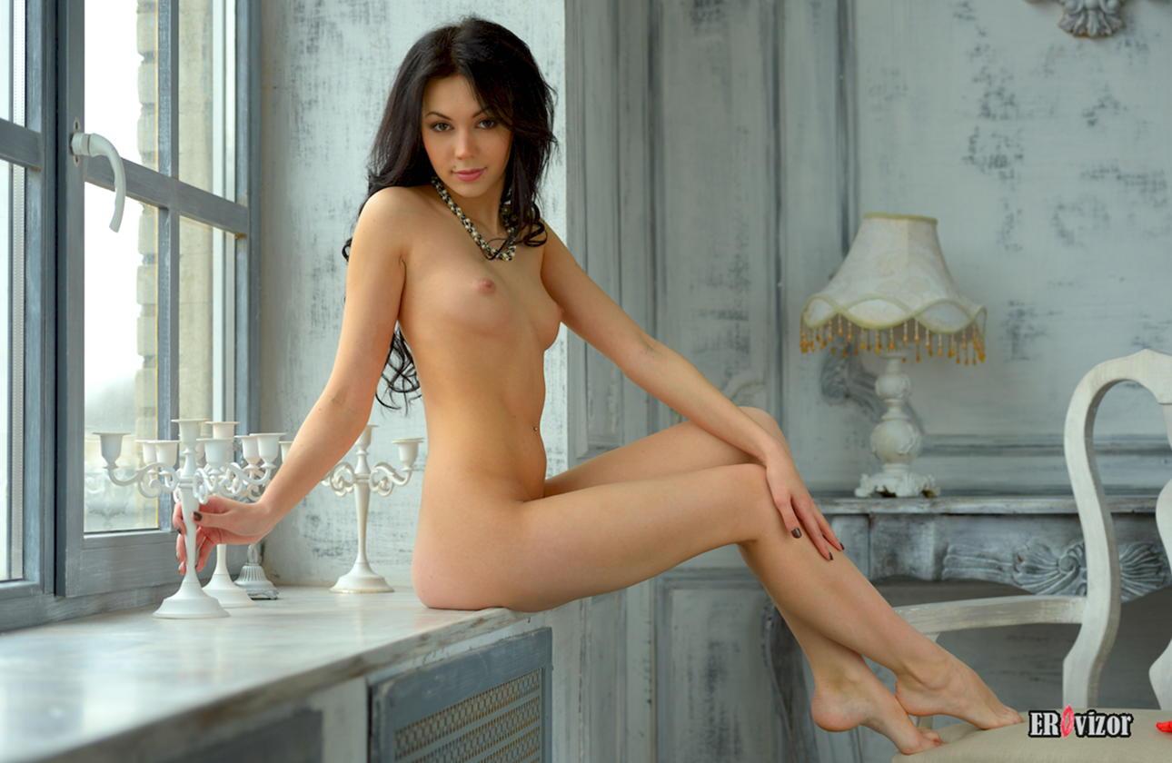 голая девчонка сидит на подоконнике