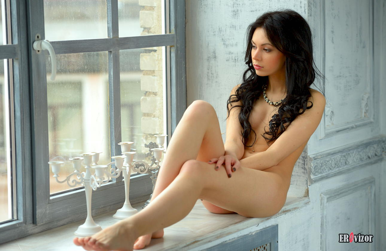голая девка сидит у окна