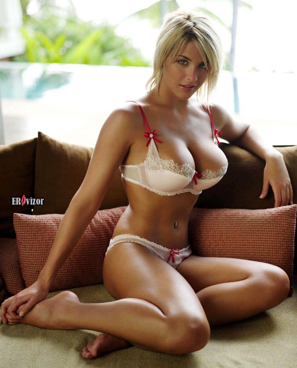 грудастая блондинка в нижнем белье