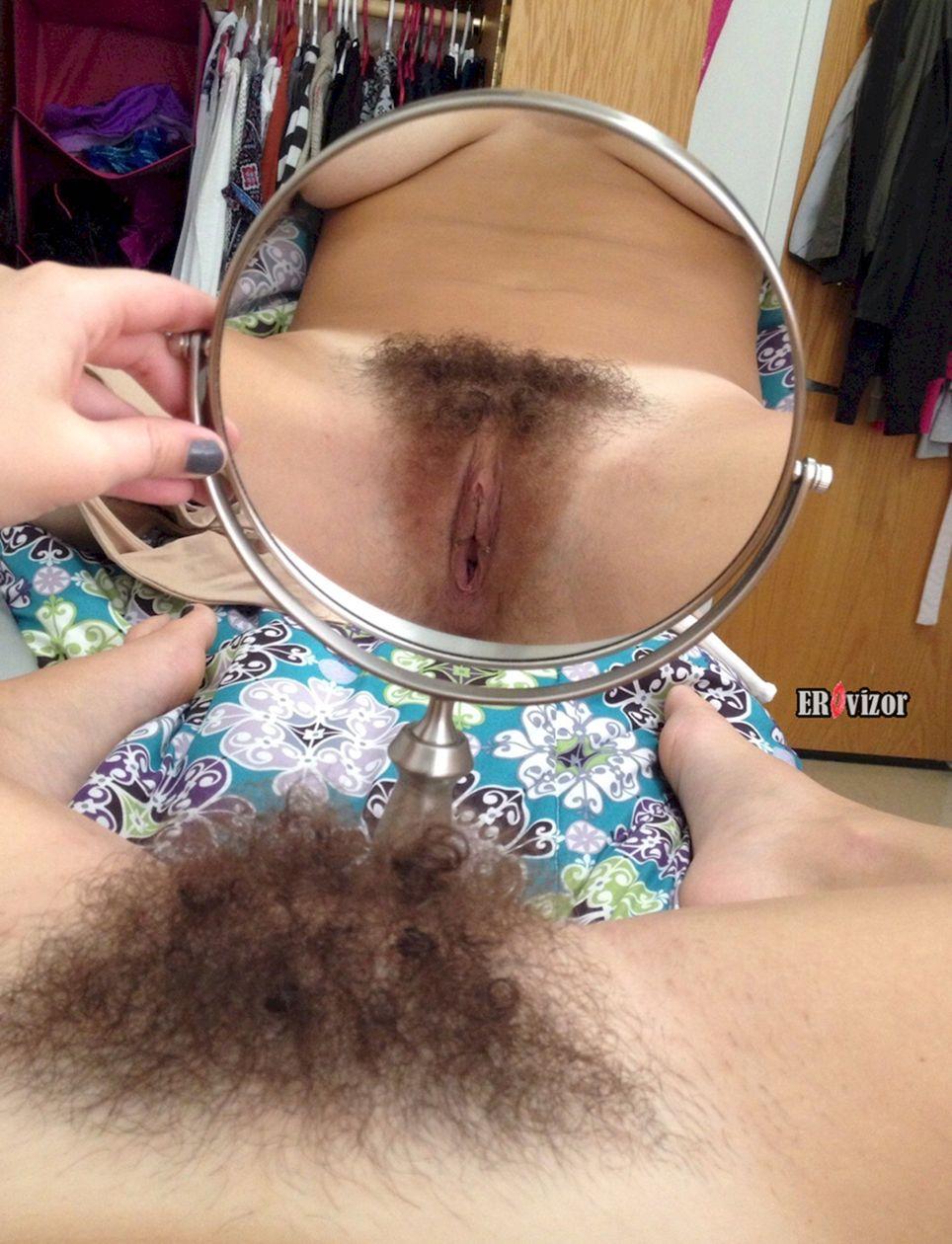 смотрит волосатую дырку в зеркало
