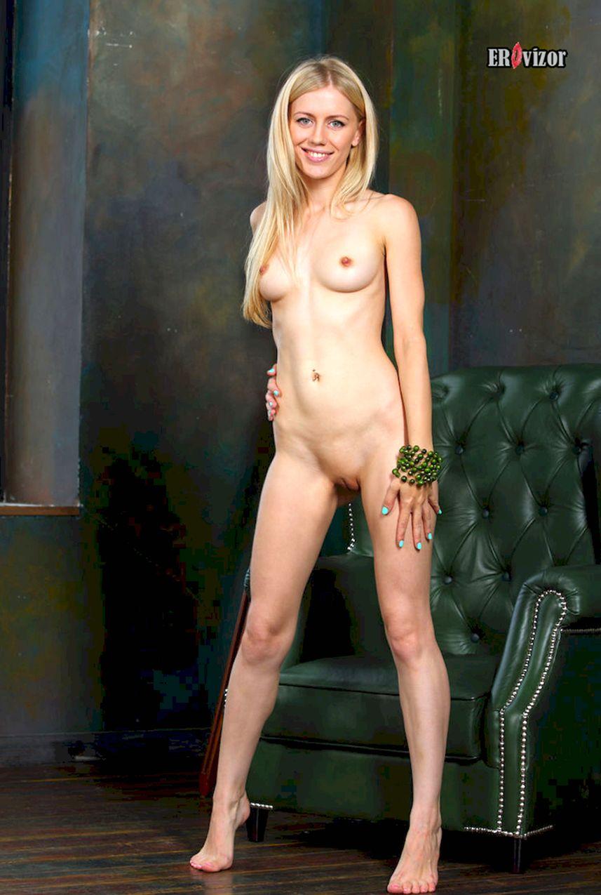 голая девушка стоя