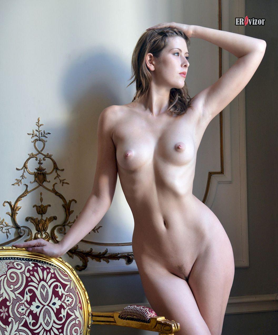 красивая женственная обнаженная фигура женщины