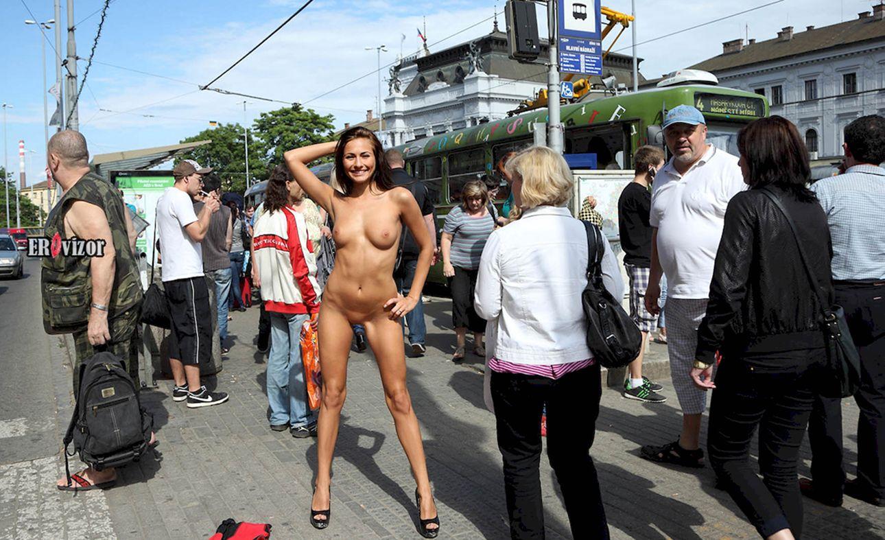 голая девушка на публике