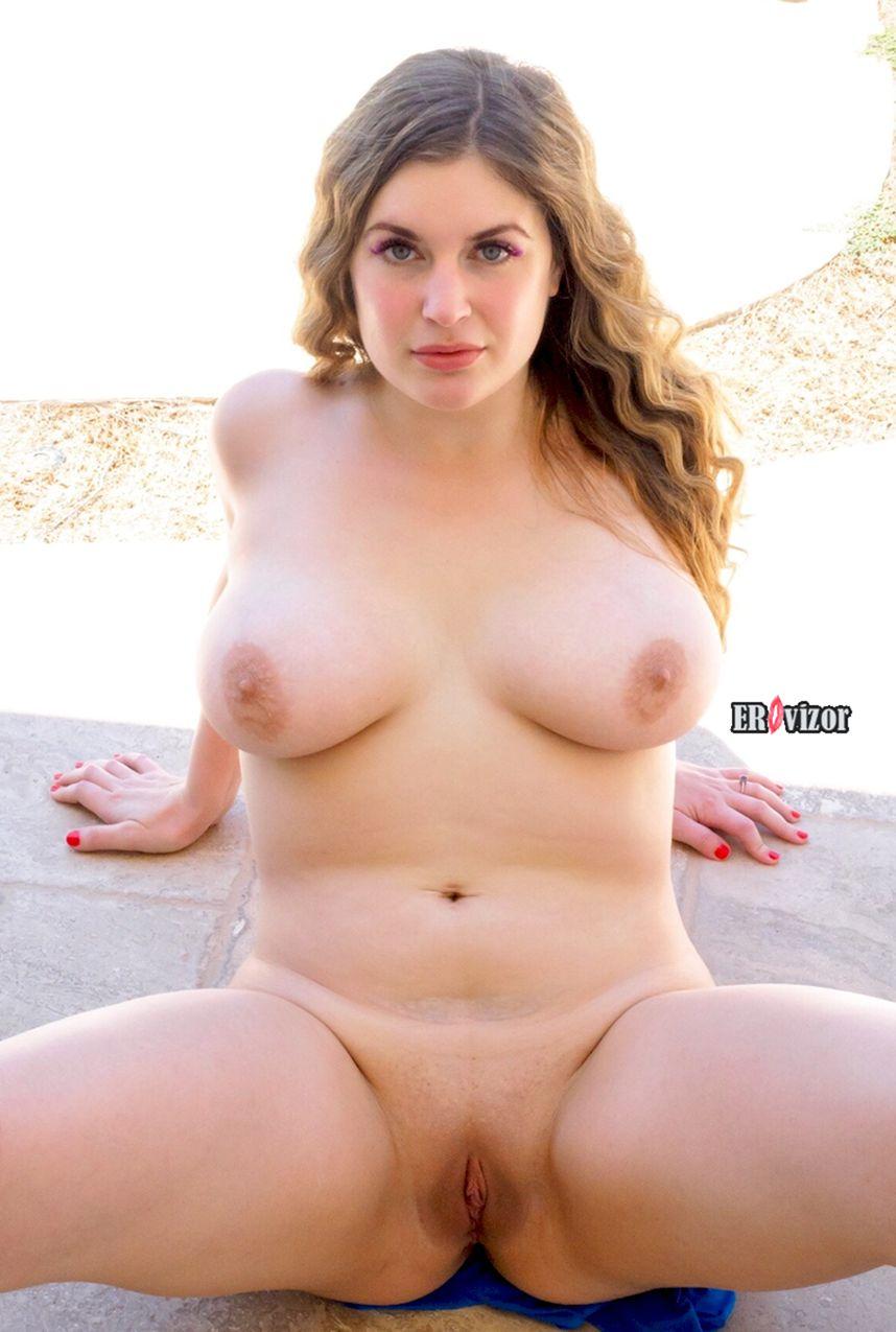 пухлая голая девка раздвинула ноги