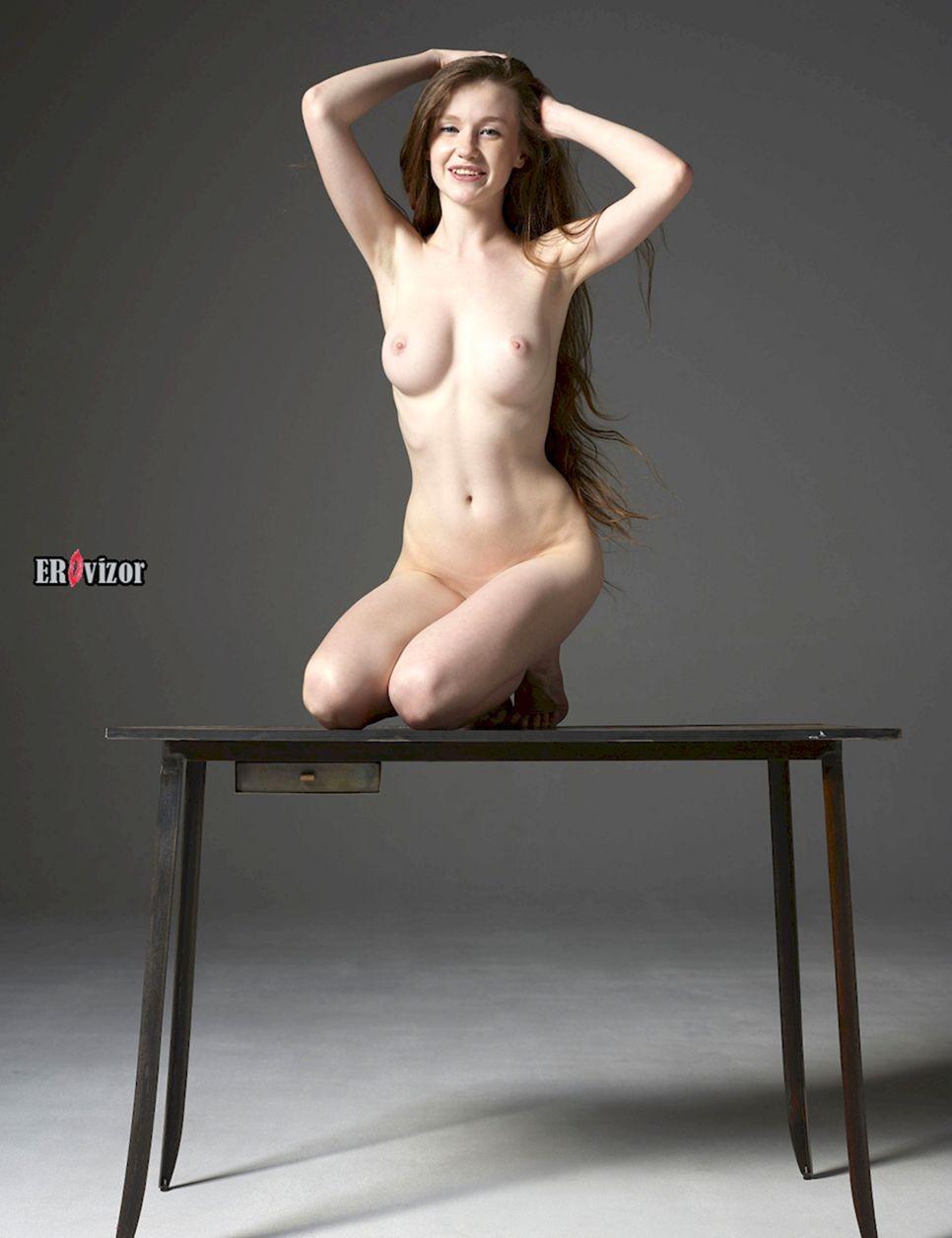 голая девушка с поднятыми вверх руками