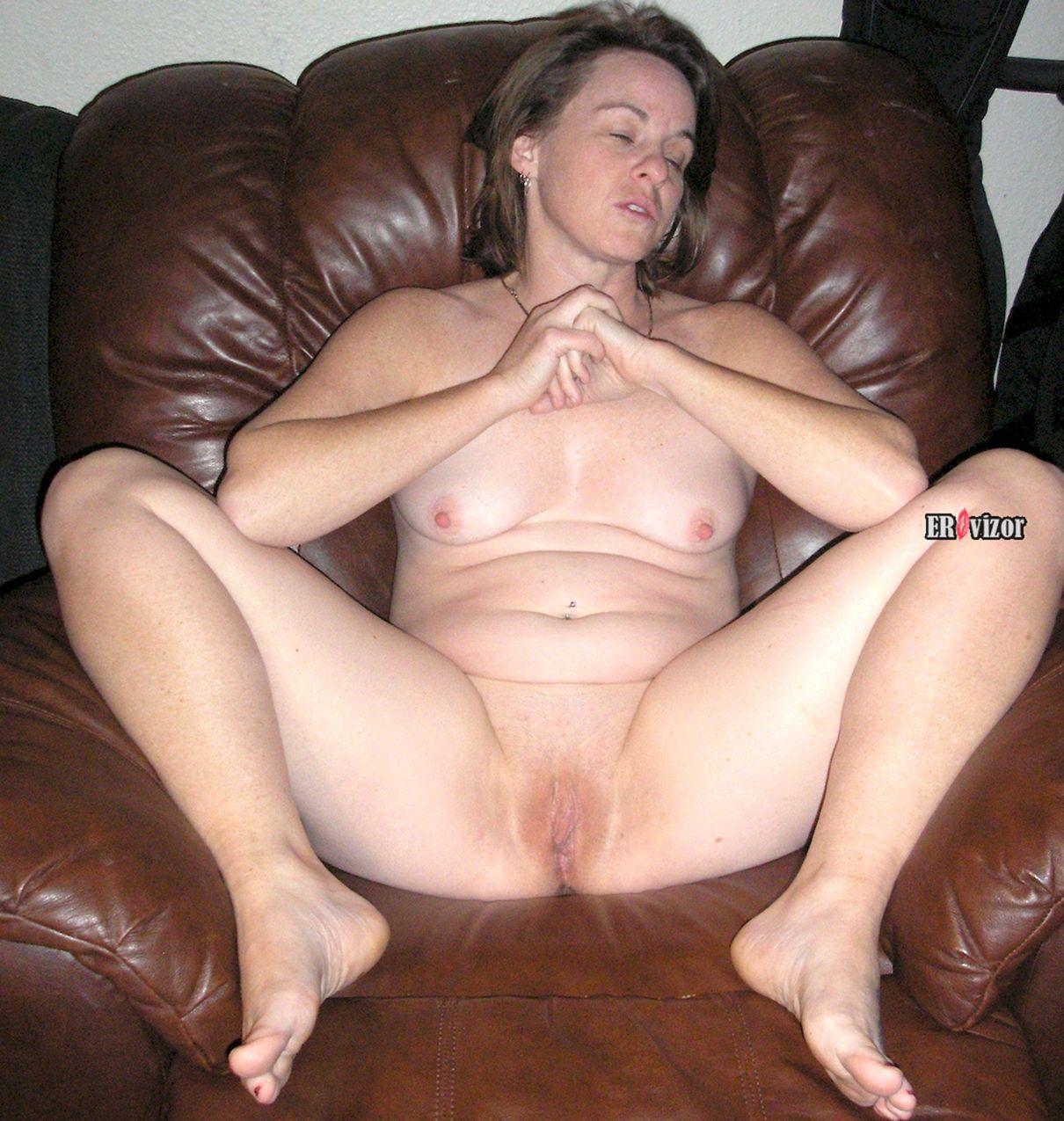 обнаженная женщина на кресле