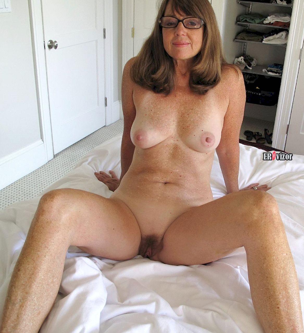 пожилая дама в очках голая в постели