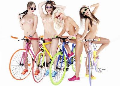 голые девушки на велосипедах