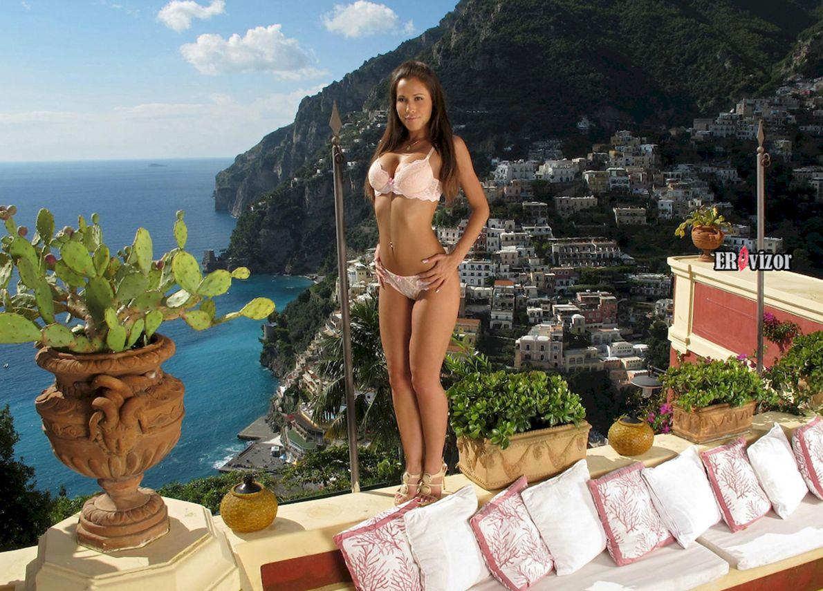 Девчонка забавляется  c дилдо на отдыхе в Италии