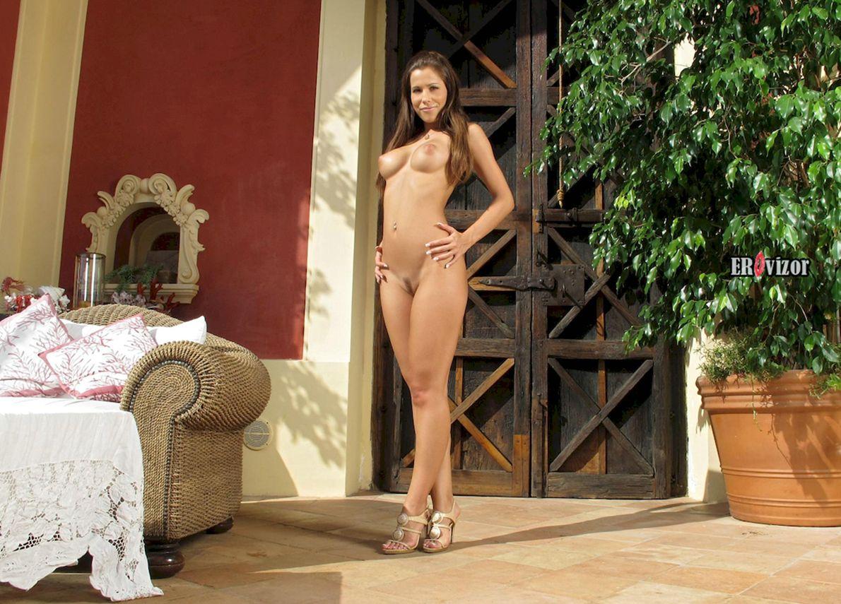 молодая голая девушка в полный рост