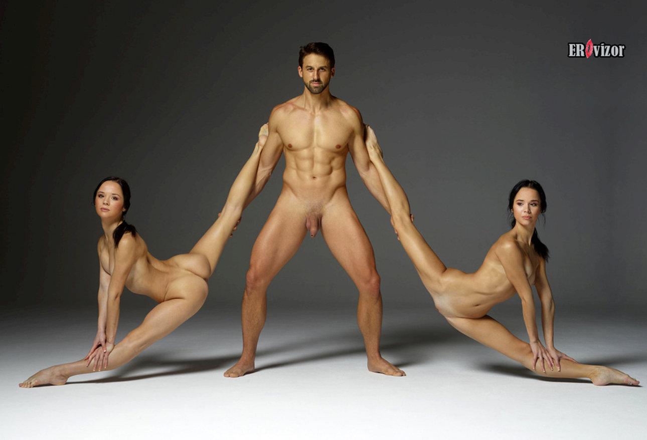 мужчина и две голенькие девицы с сексуальными фигурами