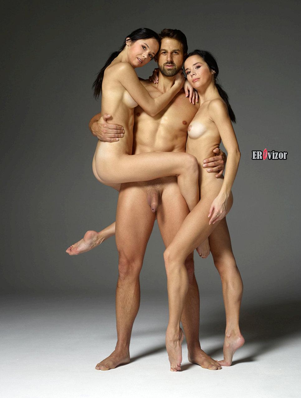 две девушки и мужчина в голом виде