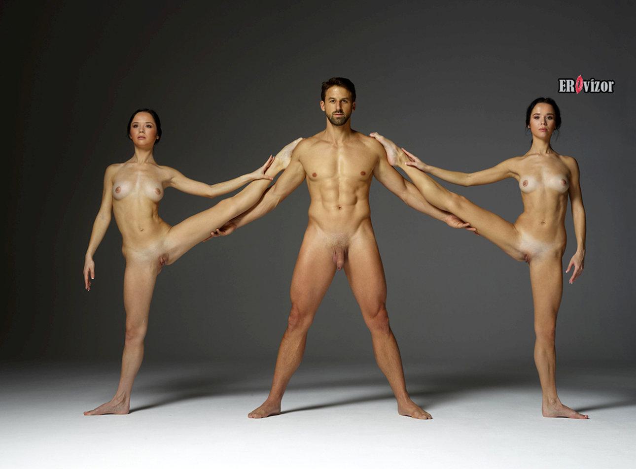 эротическое три двух голых девиц и мужчины с красивым телом