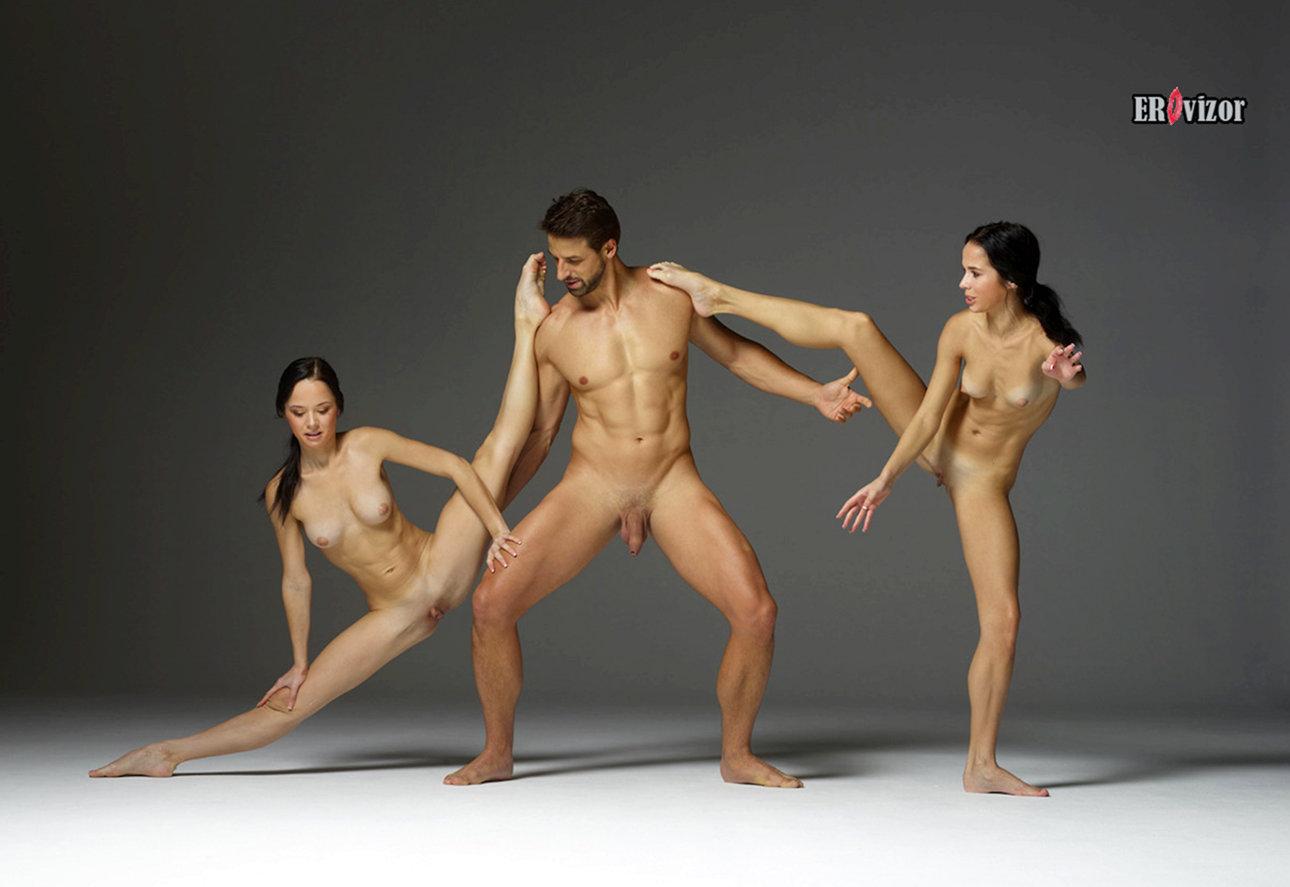 две голые девушки и парень в студии